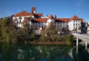 Füssen: Hohes Schloß und Kloster St. Mang über dem Lech – Foto: Franzfoto / wikimedia