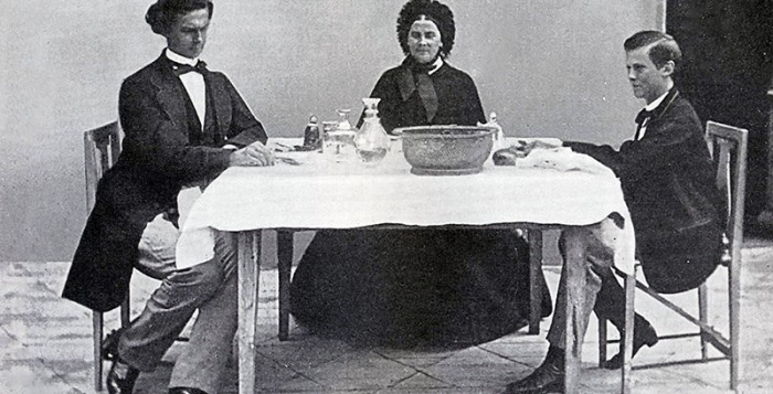 Kühle Atmosphäre – Köngin Marie mit ihren Söhnen Kronprinz Ludwig (links) und Otto von Bayern