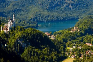 Neuschwanstein, Hohenschwangau und der Alpsee vom Weg zur Rohrkopfhütte aus – Foto: Jürgen Hansohm / pixelio.de