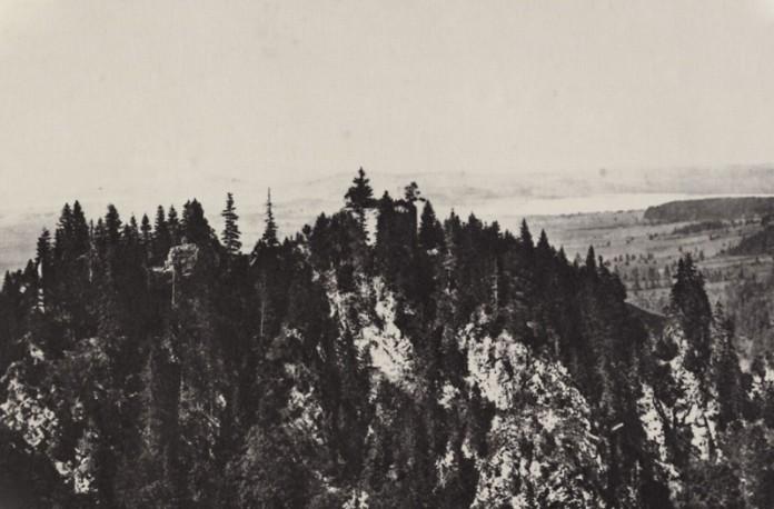 Neuschwanstein: Der Burgfelsen vor dem Baubeginn noch mit der Burgruine der Vorderhohenschwangau, abgelichtet von Joseph Albert