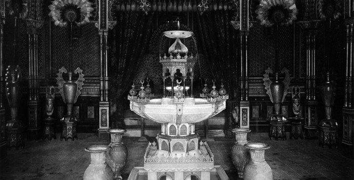 Innenansicht vom Maurischen Kiosk auf dem Gelände von Schloss Linderhof. In den kiosk brachen drei dreiste Diebe im September 1878 ein und entwendeten sechs Kunstgegenstände im Wert von 30.000 Gulden.