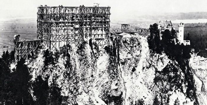 Schloss Neuschwanstein als Baustelle: Beim Bau des Schlosses fanden mehrere Arbeiter den Tod. Fotografie von Ludwig Schrader