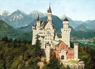 Schloss Neuschwanstein mit Alpsee und Schwansee - kolorierte Fotografie