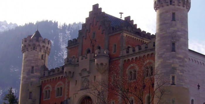 Im Torbau von Schloss Neuschwanstein wurde die Staatskommission von König Ludwig II. inhaftiert. Die Kommission sollte dem König ursprünglich die Entmündigung mitteilen und ihn zu seinem Pflegeort begleiten. – Foto: © Zairon / wikimedia